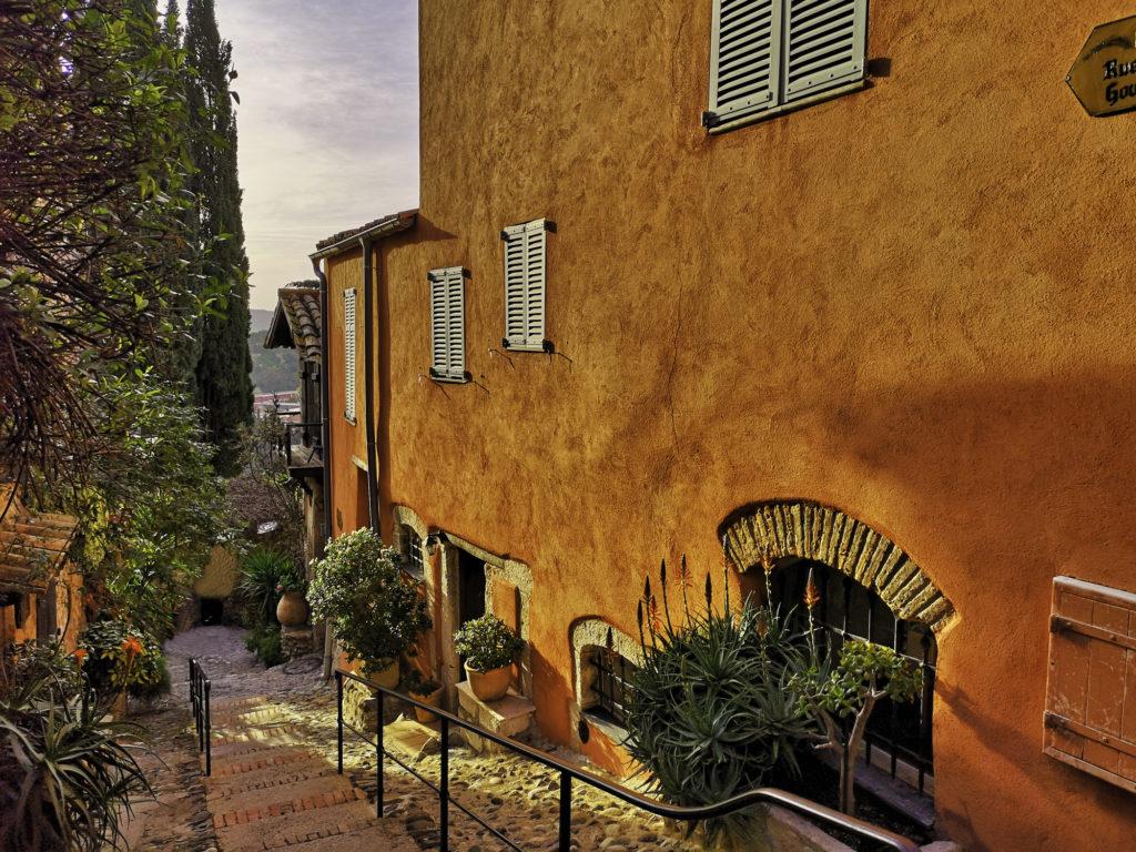 Rue typique dans un village provençal, au sud de la France
