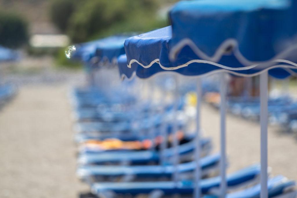 Bleus parasols sur la plage